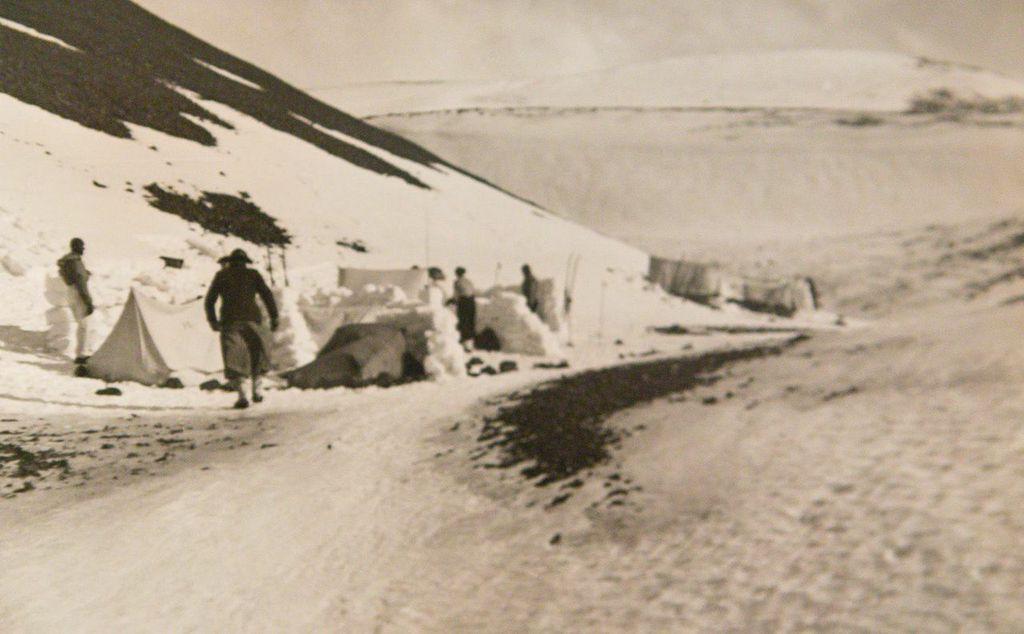 Lydia Og Guðmundur Við Dyrfjöll ásamt Ferðafélögum. Ljósm. óþekktur.